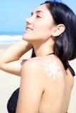 Sol de apreciação modelo fêmea lindo na praia nas férias fotografia de stock
