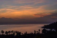 Sol de aumentação da montanha, Amed, Bali Indonésia Sunrice no mar imagens de stock