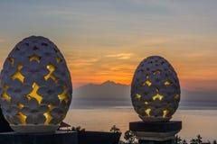 Sol de aumentação da montanha, Amed, Bali Indonésia Sunrice no mar foto de stock