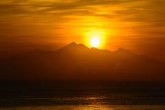 Sol de aumentação da montanha, Amed, Bali Indonésia Sunrice no mar imagem de stock
