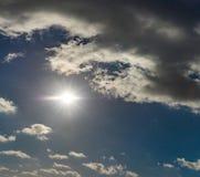 Sol de brilho no céu com nuvens fotografia de stock