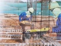 Sol de compactage de travailleur de la construction photo stock