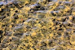 Sol de dibujo en el agua y la parte inferior del río imagenes de archivo