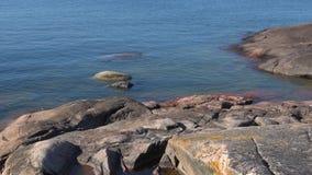 Sol de julio en las rocas de la península de Hanko Finlandia meridional almacen de video