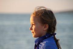 Sol de la cara del perfil del mar de la muchacha Imagen de archivo libre de regalías