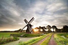 Sol de la mañana detrás del molino de viento holandés viejo en verano Imagen de archivo