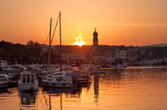 Sol de la mañana en el acceso de Krk - Croacia Imagen de archivo libre de regalías