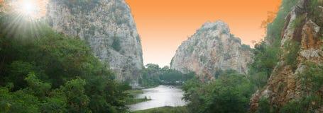 Sol de la mañana, montañas de la piedra caliza Imágenes de archivo libres de regalías