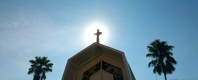 sol de la mañana ocultado detrás de aguja de la iglesia Fotografía de archivo libre de regalías