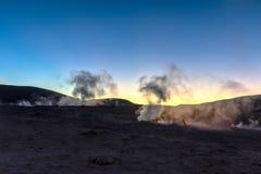 Sol de la Manana, sol naciente que cuece el campo del géiser al vapor alto para arriba en un cráter masivo en Altiplano boliviano fotografía de archivo