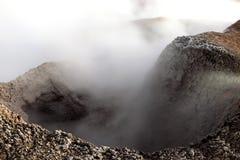 Sol de la Manana, sol naciente que cuece el campo del géiser al vapor alto para arriba en un cráter masivo en Altiplano boliviano foto de archivo