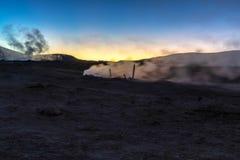 Sol de la Manana, sol naciente que cuece el campo del géiser al vapor alto para arriba en un cráter masivo en Altiplano boliviano imagen de archivo libre de regalías