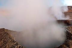 Sol de la Manana, Soleil Levant cuisant le gisement à la vapeur de geyser haut dans un cratère massif dans le Bolivien Altiplano, photographie stock libre de droits