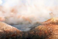 Sol de la Manana, Soleil Levant cuisant le gisement à la vapeur de geyser haut dans un cratère massif dans le Bolivien Altiplano, photos stock