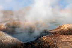 Sol de la Manana, Soleil Levant cuisant le gisement à la vapeur de geyser haut dans un cratère massif dans le Bolivien Altiplano, photos libres de droits