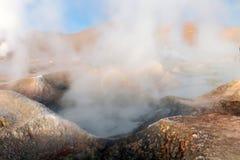 Sol de la Manana, Soleil Levant cuisant le gisement à la vapeur de geyser haut dans un cratère massif dans le Bolivien Altiplano, images libres de droits