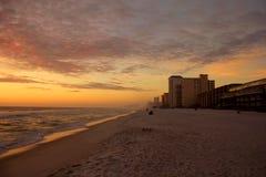 Sol de la playa que fija el Golfo de México nublado imagen de archivo