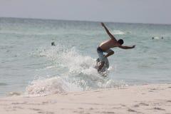 Sol de la playa que fija a la persona que practica surf del Golfo de México imagen de archivo