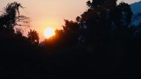 Sol de la salida del sol en cielo anaranjado almacen de metraje de vídeo