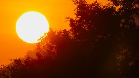 Sol de la salida del sol en cielo rojo