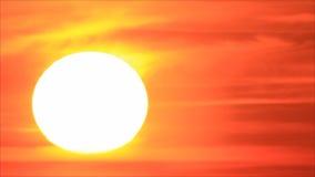 Sol de la salida del sol en el cielo almacen de metraje de vídeo