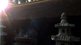 Sol de la tarde por el templo antiguo foto de archivo