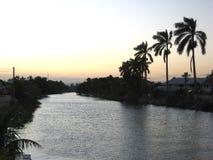 Sol de nivelamento sereno sobre o rio em Dangriga, Belize foto de stock royalty free