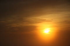 Sol de oro en la puesta del sol Fotografía de archivo libre de regalías