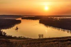 Sol del cielo de la puesta del sol del río ardientemente fotografía de archivo libre de regalías