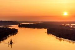 Sol del cielo de la puesta del sol del río ardientemente fotografía de archivo