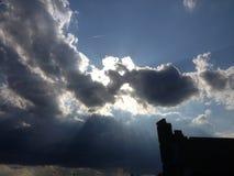 Sol det nederlag bak himlen Royaltyfri Bild