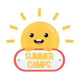 Sol divertido sonriente de la historieta con la muestra Logotipo de los campamentos de verano Fotos de archivo