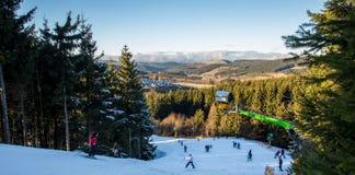 sol do inverno do recurso de esqui de Alemanha do winterberg foto de stock