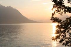 Sol do por do sol no lago suíço, Luzern, Switzerland Fotografia de Stock