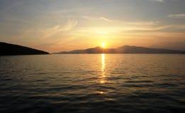 Sol do por do sol sobre o mar de adriático imagens de stock royalty free