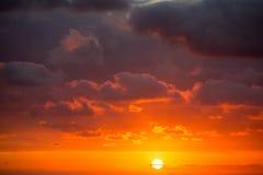 Sol dramático de la puesta del sol en nubes en el Pacífico Imagen de archivo