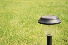 Sol--driven lampa på ett trädgårds- gräs Arkivbilder