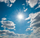 Sol e céu brilhantes Fotos de Stock Royalty Free