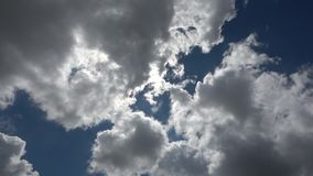 Sol e nuvens, movimento do Sol da esquerda para a direita atrás das nuvens A vídeos de arquivo