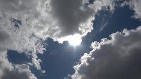 Sol e nuvens, movimento do Sol da esquerda para a direita atrás das nuvens B video estoque