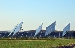 Sol- elektriskt raster Arkivfoto