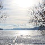 Sol en el lago helado nevado Fotos de archivo