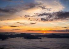 sol en la montaña imagen de archivo