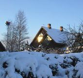 Sol`en s rays i vinterfönstret Arkivbild