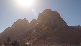 Sol encendido montaña sin vida del mediodía almacen de metraje de vídeo