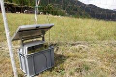 Sol- energipanel med det elektriska staket arkivfoton