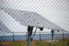 Sol- enhet bak staket fotografering för bildbyråer