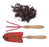 Sol et outils de jardinage sales après travail réel dans le jardin Photographie stock