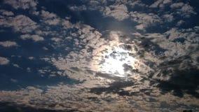 Sol för mirakelkrusningsmoln som igenom kikar arkivfoton