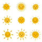 Sol feliz bonito com cara do smiley Grupo do vetor da luz do sol do verão isolado ilustração stock